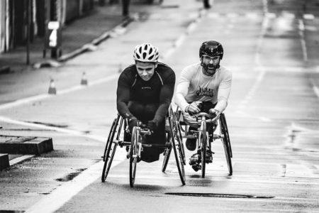 zwei-sportler-im-rollstuhl-fahren-ein-rennen